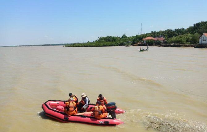 KERUH: Tim SAR BPBD Sumenep dan Basarnas Jawa Timur mencari jasad Hasan yang hilang di perairan Desa Pragaan Laok, Kecamatan Pragaan, kemarin.