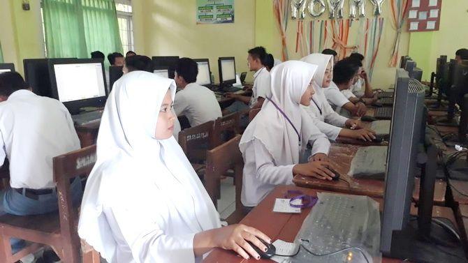 FOKUS: Siswa-siswi tingkat SMA mengikuti UNBK di SMAN 1 Ketapang awal April 2019.