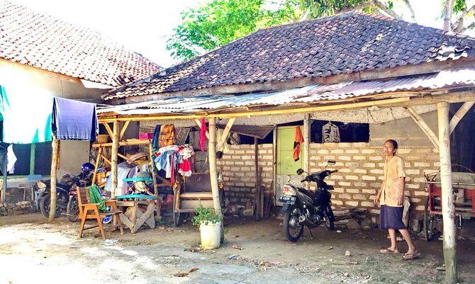 MEMPRIHATINKAN: Seorang perempuan berada di luar rumahnya di Jalan dr Sucipto, Desa Kolor, Kecamatan Kota, kemarin.