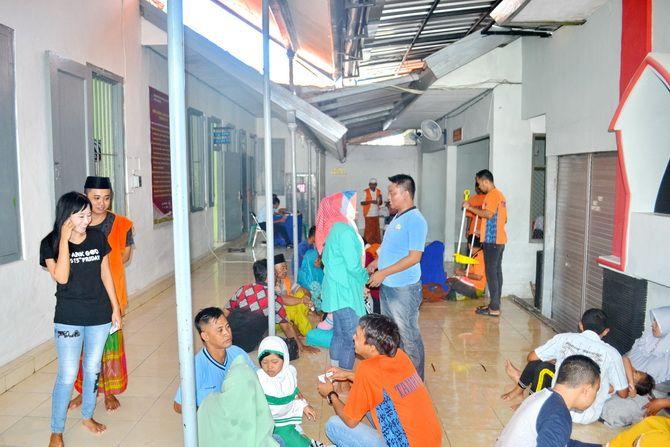 RUMAH PESAKITAN: Puluhan warga membesuk napi Rutan Kelas II-B Sumenep di Desa Pabian, Kecamatan Kota, kemarin.