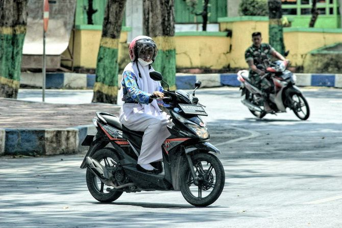GENERASI: Siswa berkendara di kawasan Taman Pottre Koneng, Sumenep, kemarin.