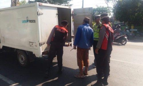 BUKA PINTU: Polisi mengamati muatan mobil boks.