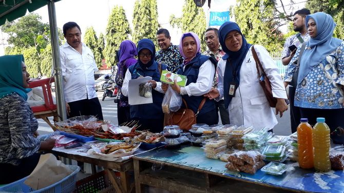 PEDULI KESEHATAN: Pegawai Dinkes Bangkalan bersama petugas BPOM Surabaya melakukan sidak takjil di Alun-Alun Kota Bangkalan kemarin sore.