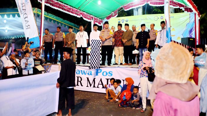 SEMANGAT: Kapolres Bangkalan AKBP Boby Pa'ludin Tambunan memberangkatkan peserta Festival Musik Patrol dan Daul Dug-Dug.