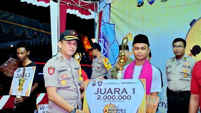 JUARA: Wakapolres Bangkalan Kompol Hendy Kurniawan memberikan penghargaan kepada pemenang Festival Musik Patrol dan Daul Dug-Dug.