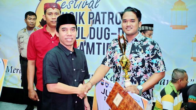 SEMRINGAH: GM JPRM M. Tojjib menyerahkan penghargaan kepada pemenang Festival Musik Patrol dan Daul Dug-Dug.