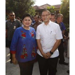 EGALITER: Kabiro Humas dan Protokol Aries Agung Paewai foto bareng almarhumah saat berkunjung ke Jawa Timur.