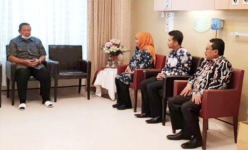 BERDUKA: Gubernur dan Wagub Jawa Timur saat diterima SBY di NUH Singapura, Sabtu (16/2).