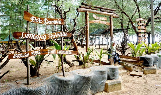 EKSOTIS: Pengunjung menikmati indahnya Pantai Lombang beberapa waktu lalu.