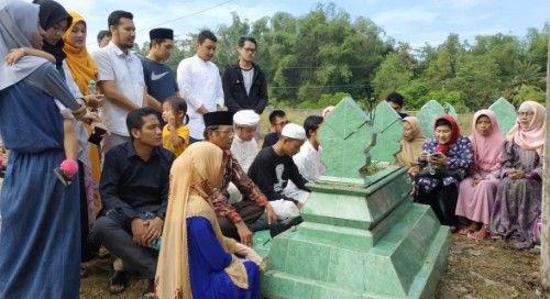 KHUSYUK: Mahfud MD saat berdoa di depan makam ayahanda.