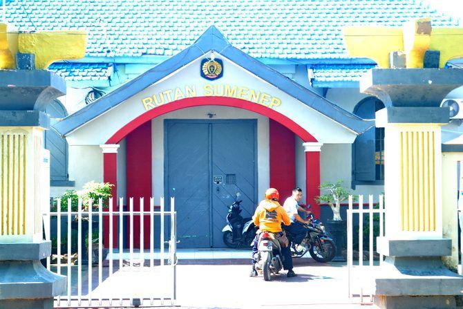 LIBUR: Dua petugas sipir berada di luar Rutan Kelas II-B Sumenep di Desa Pabian, Kecamatan Kota, kemarin.