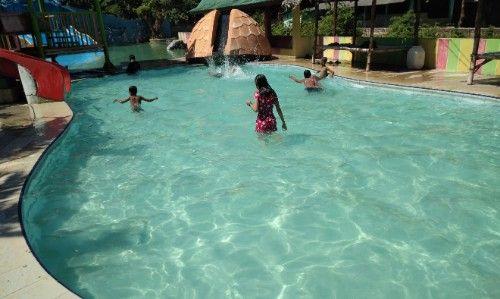 GEMBIRA: Sejumlah pengunjung bermain di kolam anak-anak.