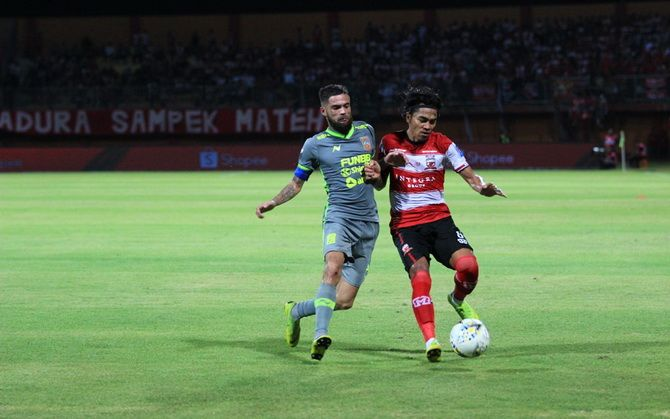 TAK MAU KALAH: Bek kiri Madura United Andik Rendika Rama (kanan) berduel dengan bek kanan Borneo FC Diego Michiels di Stadion Gelora Madura Ratu Pamelingan, Pamekasan, pada laga pekan ketiga Liga 1 2019.
