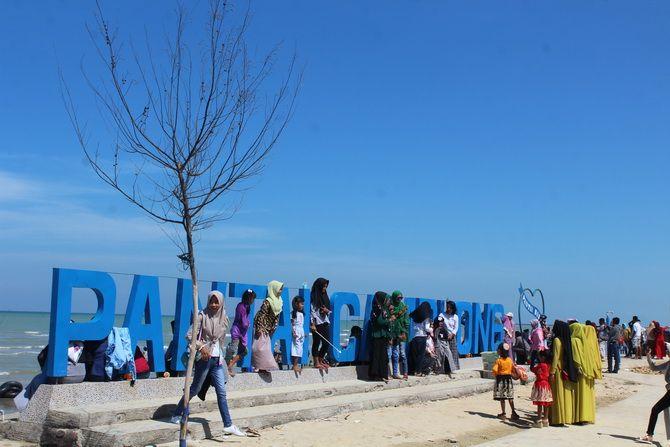 ABADIKAN MOMEN: Wisatawan lokal mengabadikan momen berlibur di Pantai Wisata Camplong dengan cara berswafoto.