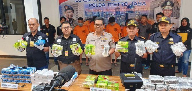KEOK: Kabid Humas Polda Metro Jaya Kombes Pol Raden Prabowo Argo Yuwono memimpin pres rilis penangkapan kurir sabu asal Pamekasan pada Kamis (13/6) di Jakarta.