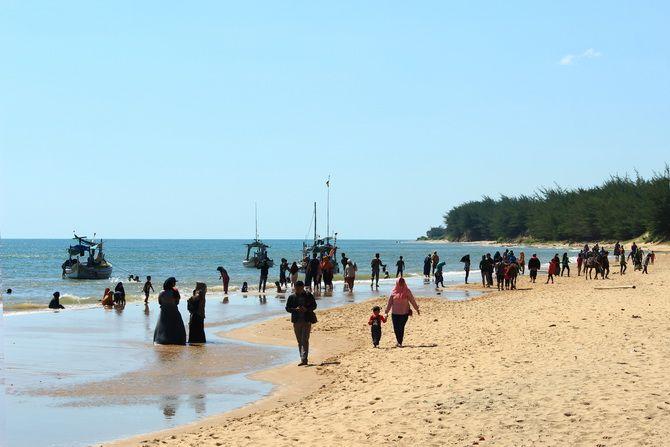 BERMAIN: Sejumlah masyarakat berlibur di Pantai Slopeng di Desa Sama'an, Kecamatan Dasuk, kemarin.