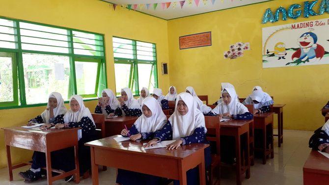 TUNTUT ILMU: Sejumlah siswa SMPN 1 Batang-Batang, Kecamatan Batang-Batang, belajar di ruang kelas.
