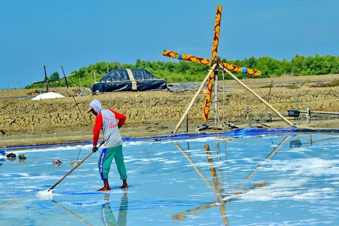 KERJA KERAS: Petani mengais garam di lahan pegaraman Desa Karang Anyar, Kecamatan Kalianget, Sumenep, Sabtu (15/6).