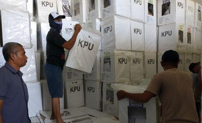 LALAI: Petugas sedang menurunkan kotak suara yang akan dibuka di gudang logistik KPU Sampang kemarin.