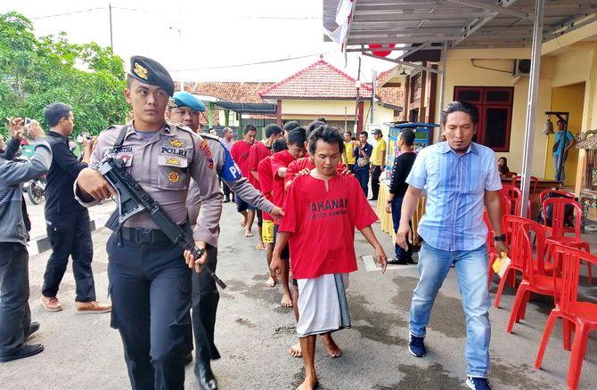 KEOK: Anggota Polres Sampang menggiring Ahmad Ma'ruf dan belasan tersangka kasus kriminal yang berhasil diungkap kemarin.