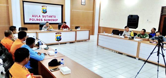 KOORDINASI: Kepala BPBD Sumenep Abd. Rahman (kanan depan) dan Kabag OpsPolres Sumenep Kompol Abd. Mukti memimpin rapat evaluasi dan penghentian pencarian penumpang KM Amin Jaya di Aula Sutanto kemarin.
