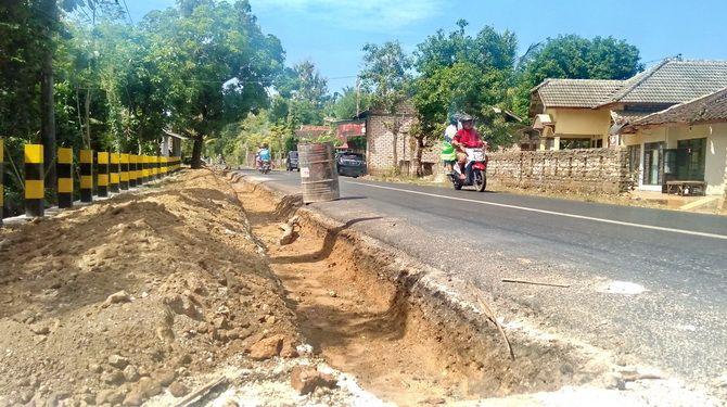 DIKELUHKAN: Pengendara motor melintas di Jalan Raya Gapura, Kecamatan Gapura, Sumenep, Sabtu (22/6).