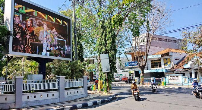 SEPI PEMINAT: Pengendara melintas di sekitar videotron di Jalan Balaikambang kemarin.