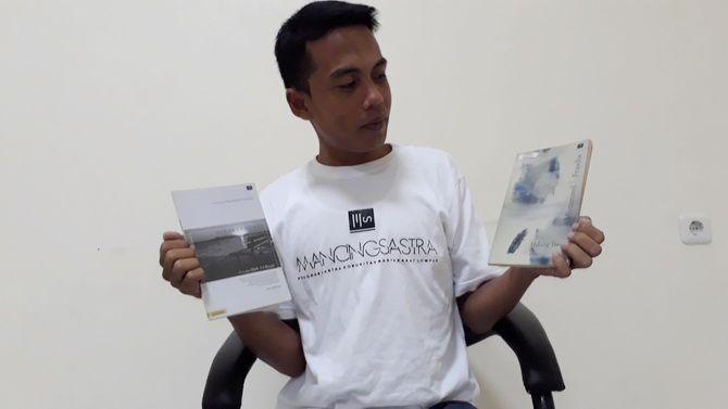 MUDA BERTALENTA: Muzammil Frasdia menunjukkan hasil karya buku antologi tunggal yang sudah dibukukan, Rabu (26/6).