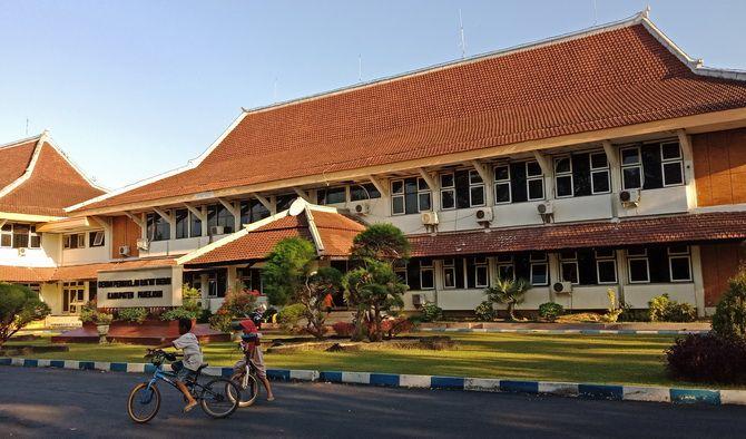 PINJAMAN: Bocah bermain sepeda di halaman kantor DPRD Pamekasan kemarin.