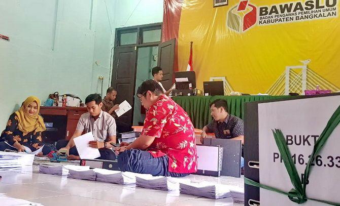 JELANG PHPU: Sejumlah pegawai Bawaslu Bangkalan bekerja ekstra menyiapkan data dan bukti kemarin.