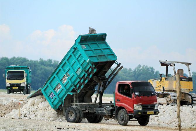 DIGARAP: Truk milik PT Tiga Jaya menurunkan bedel untuk menimbun lahan yang akan dibangun gedung DPRD Bangkalan di Jalan Halim Perdanakusuma kemarin.