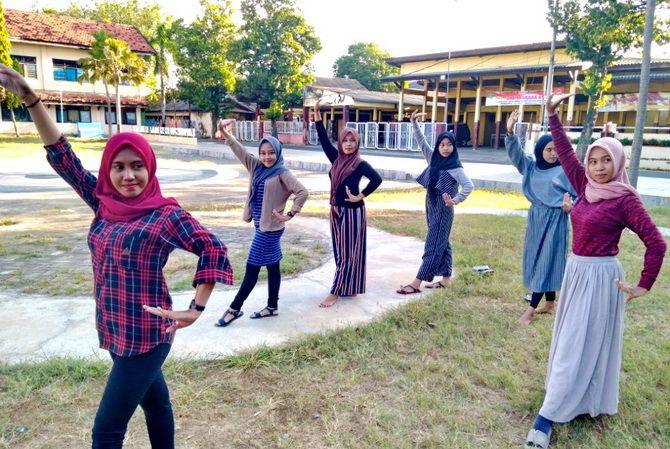 GEMULAI: Sejumlah penari yang akan tampil di HUT Ke-20 JPRM berlatih di Lapangan Kesenian, Kecamatan Kota, kemarin.