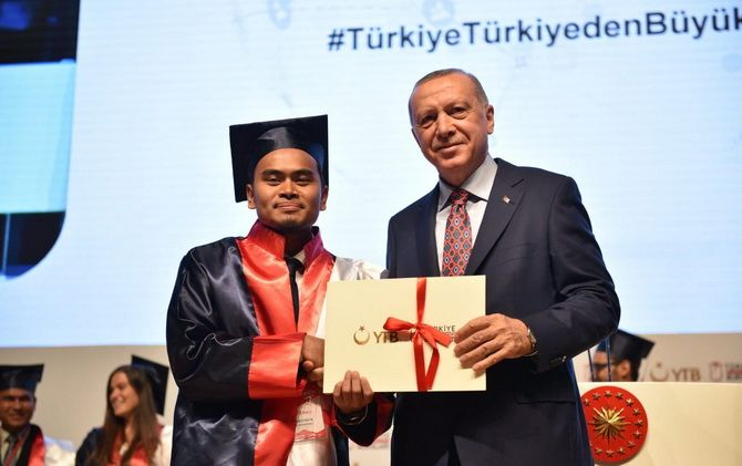 TELADAN: Imam Syafiiemenerima penghargaan dari Presiden Republik Turki Recep Tayyip Erdoğan sebagai salah satu mahasiswa internasional berprestasi pada acara The 8th International Student Graduation Ceremony.