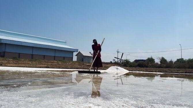 HARGA LESU: Petani saat memanen garam di Kelurahan Polagan, Kecamatan Sampang.