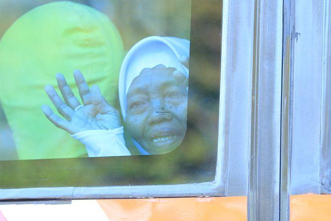 TAMU ALLAH: CJH asal Bangkalan berada di bus untuk diberangkatkan menuju Asrama Haji Sukolilo, Surabaya, kemarin.