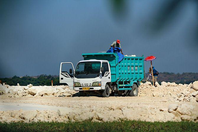 DISOROT: Truk mengangkut bedel ke lokasi proyek pembangunan gedung DPRD Bangkalan kemarin.