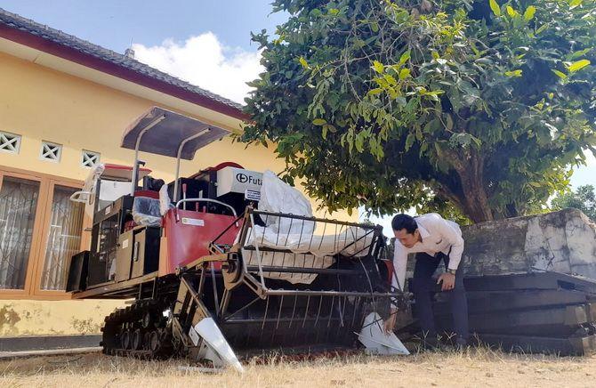 MASIH BAGUS: Warga melihat alsintan di halaman kantor balai penyuluhan pertanian di Desa Giring, Kecamatan Manding, Sumenep, kemarin.