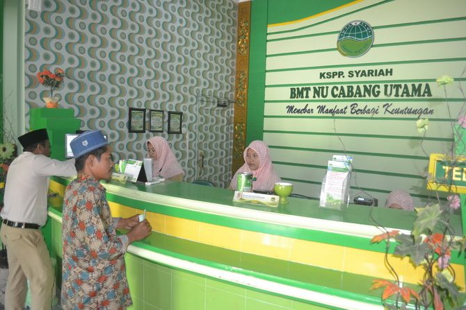ISLAMI: Karyawan BMT NU Jawa Timur melayani nasabah di kantor pusat yang beralamat di Desa Gapura Tengah, Kecamatan Gapura, Sumenep, kemarin.