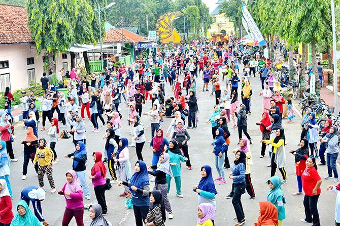 ANTUSIAS: Warga mengikuti senam olahraga di kegiatan CFD di Taman Pottre Koneng Sumenep kemarin.