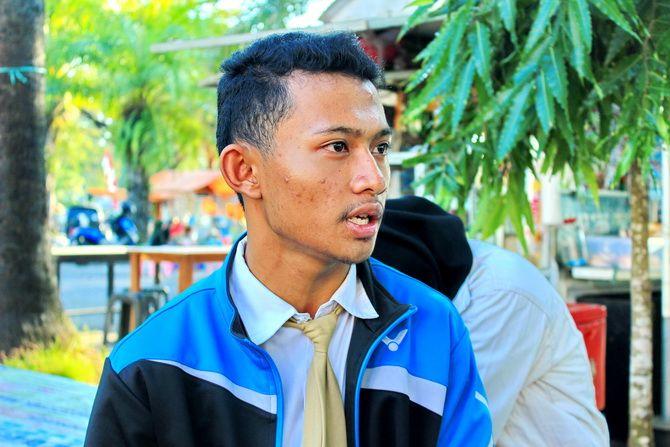 BERPRESTASI: Atlet pencak silat tunggal putra peraih medali emas Nafis Fajriyus Zuhur bercerita pengalamannya di ajang Porprov VI Jatim kemarin.