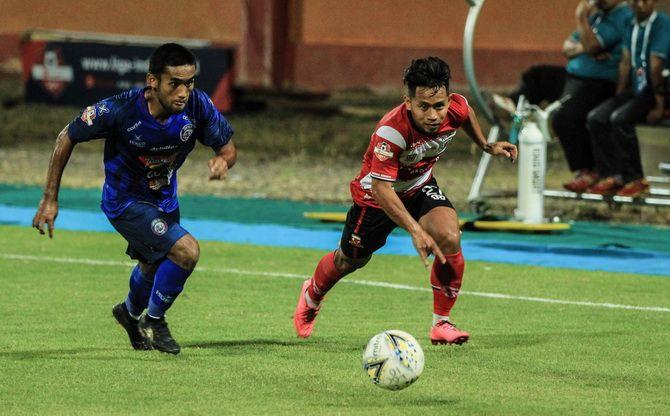 SENGIT: Pemain Madura United Andik Vermansyah dikawal ketat pemain Arema di laga yang berlangsung di SGMRP, Pameksaan, tadi malam.