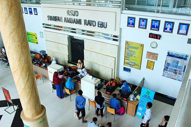 BERBENAH: Keluarga pasien berada di ruang tunggu pelayanan RSUD Syamrabu Bangkalan.