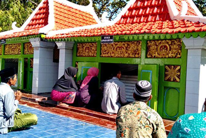 KHUSYUK: Warga nyekar ke Asta Syekh Anggasuto di Desa Kebundadap Barat, Kecamatan Saronggi, Sumenep, Sabtu (20/7).