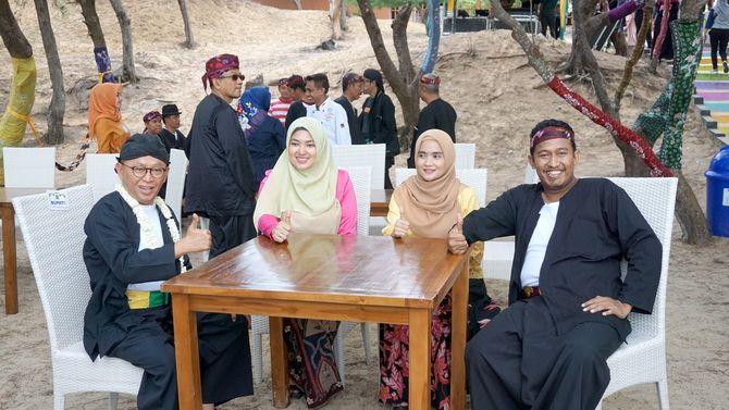 MEMUKAU: Bupati Sumenep A. Busyro Karim dan Wabup bersama istri duduk santai saat peluncuran Kalender Visit Sumenep 2019 di Pantai Slopeng pada Januari lalu.