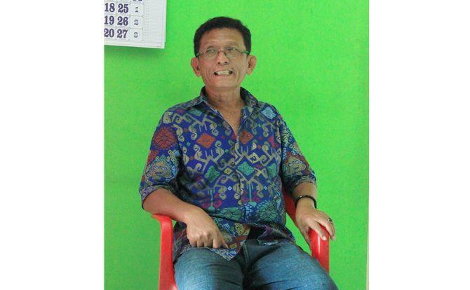 BERSEMANGAT: Agus Zakariyah, agen koran Jawa Pos Radar Madura asal Kecamatan Kamal, Bangkalan, bercerita pengalamannya selama jadi agen koran.