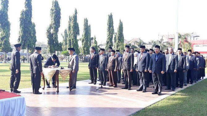 SEMOGA AMANAH: Bupati Sumenep A. Busyro Karim melantik tujuh kepala OPD dan memutasi puluhan pejabat pada upacara di halaman kantor bupati kemarin.
