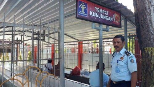 SIAGA: Kasi Pelayanan Tahanan Rutan Kelas II B Sampang berjaga di tempat kunjungan.