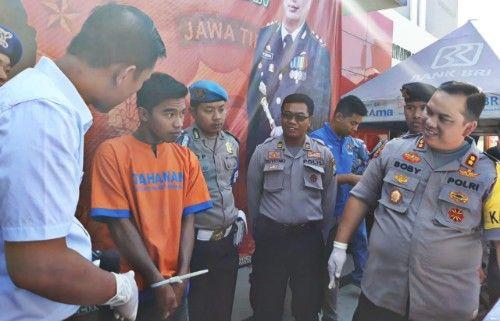 INTERVIEW: Kapolres Bangkalanan (kanan) saat berdialog dengan Aziz.