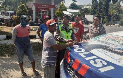 TEGAS: Polisi menindak sopir truk pengangkut sirtu.