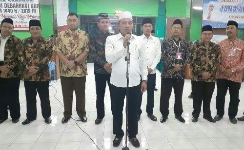 MENGAYOMI: Bupati Sampang H Slamet Junaidi (barisan depan) didampingi Kepala Kemenag Sampang Pardi (tiga kiri) menyambut kedatangan jamaah haji di asrama haji Sukolilo Surabaya.